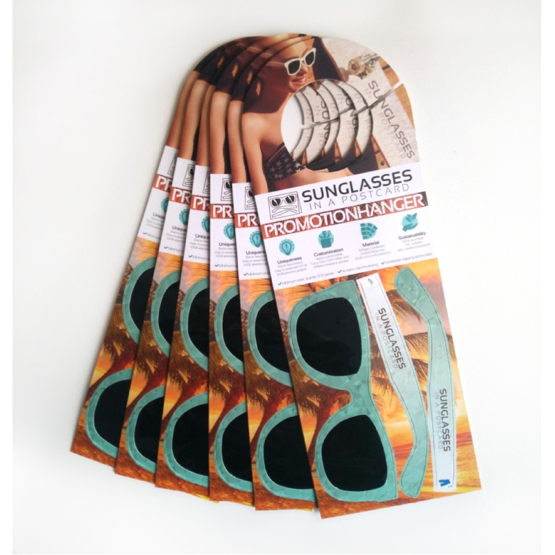 Zonnebril in een hangkaart